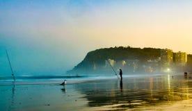Fischer bei Sonnenuntergang lizenzfreies stockbild