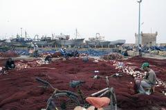 Fischer bereitet seine Fischernetze vor Essaouira Marokko Stockfotos