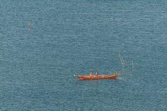Fischer Boat mit Sonnenunterganghimmelumwelt stockfotografie