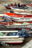 Fischer bussy, ihre Boote kontrollierend lizenzfreie stockfotos