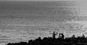 Fischer in den Felsen, Cascais stockbilder