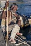Fischer, der auf Laufplanke in Karibischen Meeren wartet Lizenzfreie Stockbilder