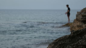 Fischer an der Dämmerung Schattenbild eines Fischers mit einer Angelrute stock video