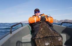 Fischer, der das Endstück eines enormen Fisches hält Horizontaler Rahmen Lizenzfreie Stockfotografie