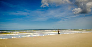 Fischer, der in das Meer geht Lizenzfreies Stockfoto