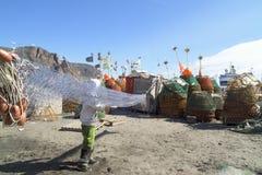 Fischer, der die Netze säubert lizenzfreie stockbilder