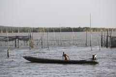 Fischer, der einen See kreuzt Lizenzfreie Stockfotografie