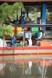 Fischer, der Fische am Pier verkauft stockfoto