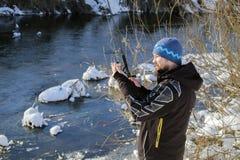 Fischer, der Köder überprüft Fischen des offenen Wassers im Winter Spinnendes Fischen im Winter stockbilder