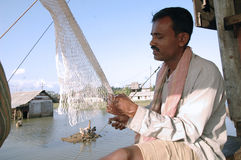 Fischer, der Netz repariert lizenzfreie stockbilder