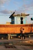 Fischer, der an seinem Boot arbeitet Lizenzfreies Stockbild
