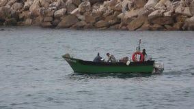 Fischer, der vom Fischen in einem Boot zurückkommt stock video