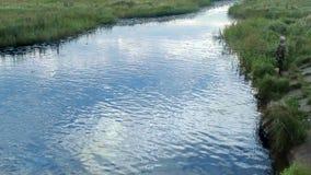 Fischer des frühen Morgens fangen Fische, schönes blaues Wasser stock footage