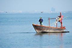 Fischer, die auf dem Meer fischen. Lizenzfreie Stockbilder