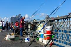 Fischer, die auf der Galata-Brücke, Istanbul, die Türkei fischen Lizenzfreie Stockbilder