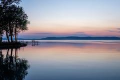Fischer, die bei Sonnenuntergang am Balaton See im Sommer warten Stockfotos