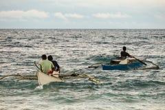 Fischer, die durch ein raues meeres- Bohol, Philippinen schaufeln stockbild