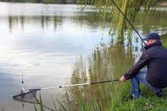 Fischer, die Fische im See fangen, im Frühjahr Stockbild