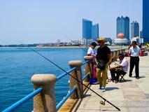 Fischer, die im Mai viertes Quadrat fischen stockfotos