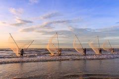 Fischer, die im Meer bei Sonnenaufgang fischen Lizenzfreie Stockfotografie