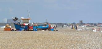 Fischer, die Netze Aldeburgh-Strand ausbessern Lizenzfreies Stockbild
