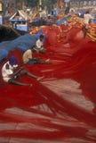 Fischer, die Netze reparieren Stockfotos