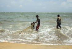 Fischer, die Netze säubern Stockbilder