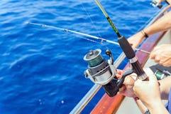 Fischer, die vom Boot im Meer fischen stockfotos