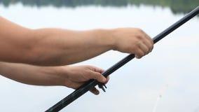 Fischer drückt die teleskopische Angelrute stock video