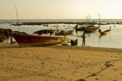 Fischer durch das Boot stockfotografie