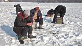 Fischer fängt einen Fisch stock footage