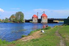 Fischer fangen Fische im Fluss Deyma am beweglichen Brücke ` Eagle-` Lizenzfreie Stockfotos