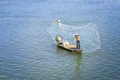 Fischer fangen Fische im Fluss geworfenen Fischen Lizenzfreie Stockfotos