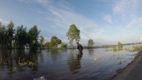 Fischer fischen auf einem Gebiet stock footage
