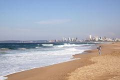 Fischer Fishing im Indischen Ozean in Durban, Südafrika Lizenzfreie Stockfotos