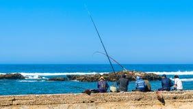 Fischer am Hafen von Essaouira in Marokko lizenzfreies stockbild