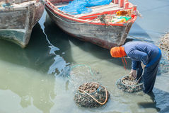 Fischer holen Miesmuscheln im Netz tränken das Wasser Lizenzfreies Stockbild