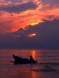 Fischer im Boot am Sonnenaufgang Stockfotografie