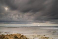 Fischer im drastischen Meer des Sturms stockfotos