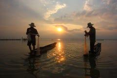Fischer im Fluss lizenzfreie stockfotos