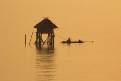 Fischer im goldenen Meer, Morgen-Bucht Bangtabun Lizenzfreie Stockbilder