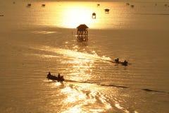 Fischer im goldenen Meer, Morgen-Bucht Bangtabun Lizenzfreies Stockbild