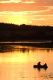 Fischer im See auf Sonnenuntergang Lizenzfreies Stockfoto