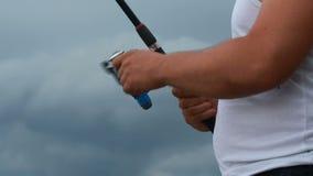 Fischer konfiguriert die seine Angelrute stock video