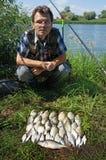 Fischer mit crucian auf Fluss Chagan Lizenzfreie Stockbilder