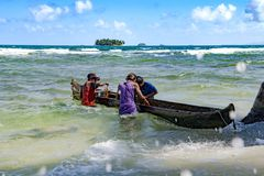 Fischer mit Einbaum holen heraus Hummer und Krabben auf kleiner Insel im karibischen Meer lizenzfreies stockfoto