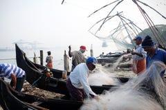 Fischer mit ` Frosch ` Fischen, Fort Kochi Chinesisches Netz lizenzfreies stockfoto