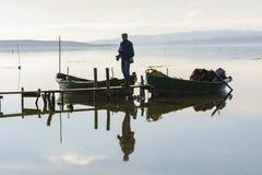 Fischer mit ihren alten Booten, Fall an der D?mmerung Sardinien-S?dwesten stockbilder