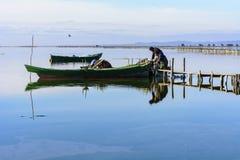 Fischer mit ihren alten Booten, Fall an der D?mmerung Sardinien-S?dwesten stockbild