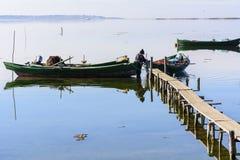 Fischer mit ihren alten Booten, Fall an der D?mmerung Sardinien-S?dwesten lizenzfreie stockfotografie